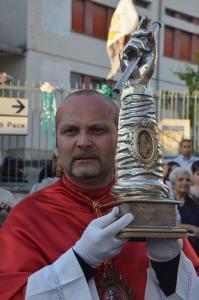 Procuratore Fratel Costantino de Bellis con la reliquia del braccio di San Rocco