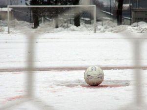 Una immagine di un campo da calcio pieno di neve