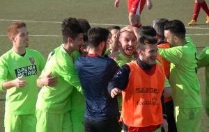 Fabio D'Introno festeggiato dai compagni di squadra dopo una rete