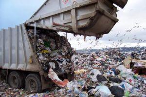 Un camion dei rifiuti in discarica