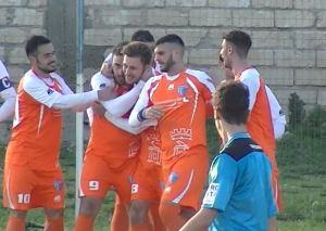 Francesco Brenvaldi festeggiato dai compagni di squadra